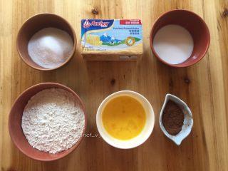 可可曲奇,准备所需食材:黄油150g、低筋面粉190g、纯牛奶30g、可可粉12g、鸡蛋液45g、细砂糖80g