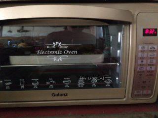 可可曲奇,送入提前预热好的烤箱中,上下火150度,中层烘烤约10分钟即可