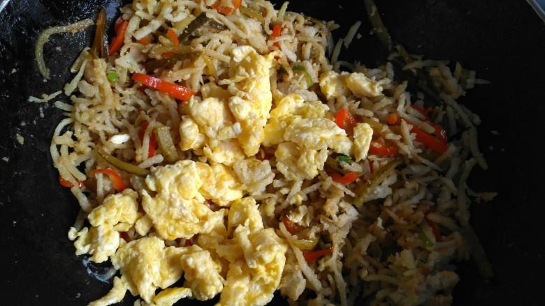 酸黄瓜炒不烂子,把鸡蛋倒入,翻炒几下,即可出锅。