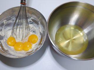 蓝天白云彩虹蛋糕卷 ,蛋清与蛋黄分离,蛋清放到另一个盆中备用