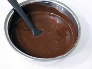 巧克力扭扭小面包,5分钟后,掀掉保鲜膜。向同一个方向由内至外画圈搅拌至顺滑状态。放凉备用