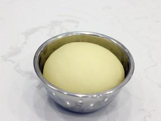 巧克力扭扭小面包,取出我们发酵好的面团。和吐司的检测方法相同,手指沾少量面粉,中间戳一下,有孔洞不回缩即可。