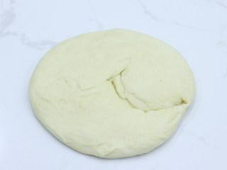 巧克力扭扭小面包,面团取出,轻拍排气,然后用手掌压扁摊开