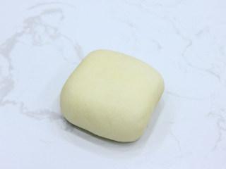 巧克力扭扭小面包,翻面我们就可以得到一个正方形面团。覆盖保鲜膜,室温下松弛醒发20分钟