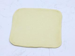 巧克力扭扭小面包,轻拍排气后,用擀面杖擀成大约30cm*30cm的正方形面片。