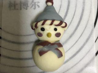 花式面点—圣诞雪人馒头,眼睛用竹炭粉来做成黑色,鼻子用南瓜粉,腮红可以用之前的红色面团