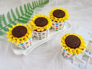 奥利奥向日葵纸杯蛋糕,裱花的好处就是海绵蛋糕的表面烤的不完美,可以用向日葵遮盖住哦。