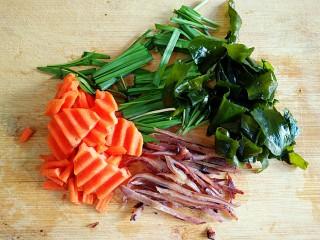 海鲜乌冬面(炒),韭菜洗净切段,鱿鱼耳切丝,胡萝卜和裙带菜随意切切就行。