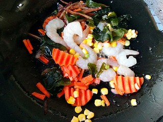 海鲜乌冬面(炒),锅中适量橄榄油烧热后下入各种蔬菜,海鲜(可换成肉类)。