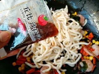 海鲜乌冬面(炒),加入日式沙拉汁。