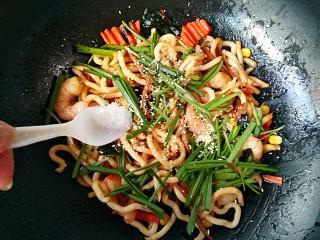 海鲜乌冬面(炒),最后放入韭菜段,适量的鸡精和盐。