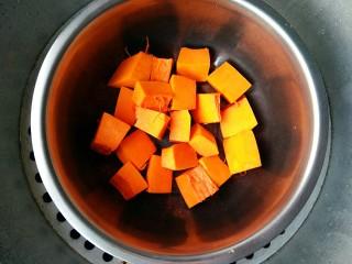 做饼+南瓜饼,将切好的南瓜放进容器中,上锅隔水蒸25分钟。