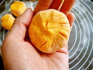 做饼+南瓜饼,用包包子的方法收口,捏紧。