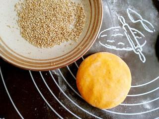 做饼+南瓜饼,收口朝下压扁。