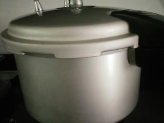 皮蛋瘦肉猪肝粥,米淘洗干净放高压锅加水煮10分钟
