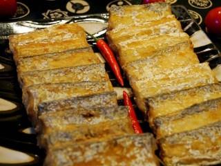红烧带鱼🐠,所有鱼段炸好,盛出备用。