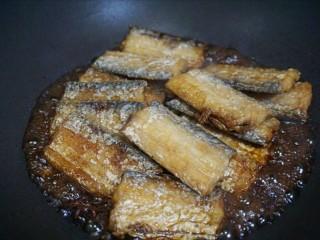 红烧带鱼🐠,放入带鱼段,倒入调味汁。