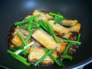 红烧带鱼🐠,倒入没过带鱼的开水,放入葱绿,爱吃辣椒的放入几个辣椒。