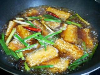 红烧带鱼🐠,水煮开后转小火焖一会儿,剩余少许汤汁就可以关火。