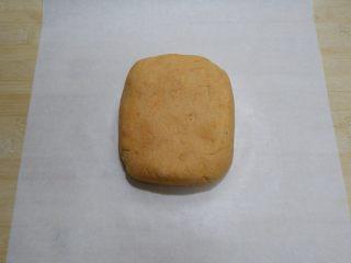 红薯芝麻脆饼,整形成长方形,放在油纸上。