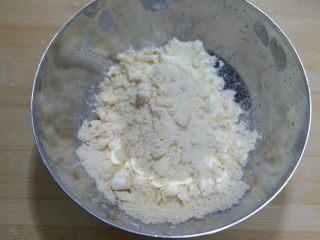 红薯芝麻脆饼,筛入低筋面粉用手搓成小粒,双手一起上,迅速搓,避免黄油融化