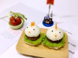 迷你汉堡🍔,然后如图用胡萝卜、黑芝麻做出小鸡装饰