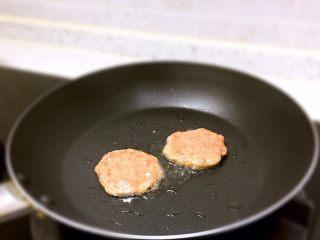 迷你汉堡🍔,平底锅加入适量黑芝麻牛油果油将牛肉泥做成小饼形状煎熟