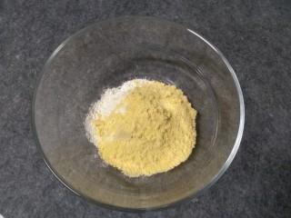 奶香玉米饼,玉米面和低筋面粉,奶粉混合过筛到一个盆里