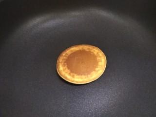 奶香玉米饼,我是没盖盖子煎的,翻面之后再继续煎50秒左右,如果盖上盖子大约30秒就可以了