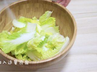 快手版泡菜,撒入适量食盐抹匀