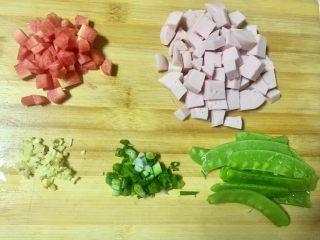 春天的色彩~美腻逗虾圈,火腿肠(是自家自制的,绝无添加剂),和红萝卜切丁,老姜切末,香葱切葱花