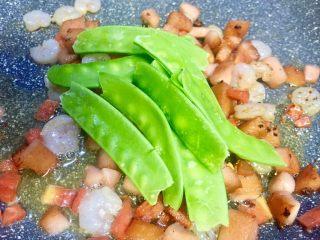 春天的色彩~美腻逗虾圈,锅内的食材炒至8成熟放入荷兰豆一起炒