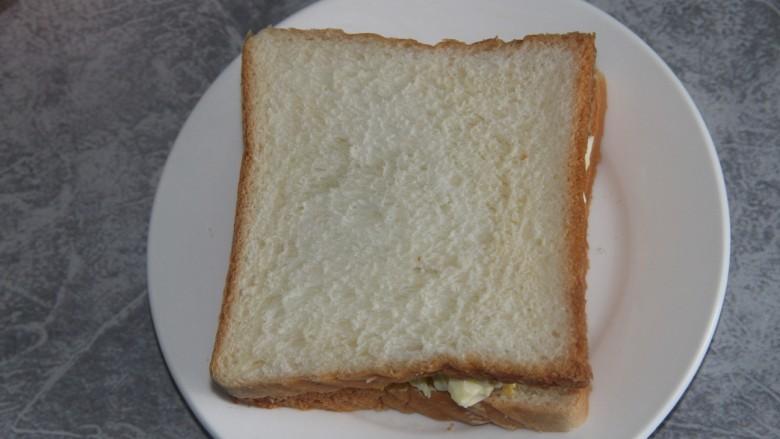 鸡蛋沙拉三明治,再盖上一片土司