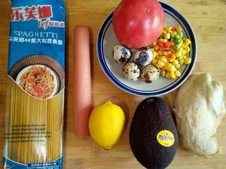 牛油果鸡胸意面,准备食材。鸡胸,鹌鹑蛋和什锦玉米粒提前煮熟晾凉备用。