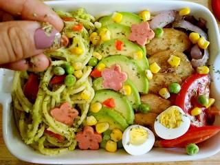 牛油果鸡胸意面,将西红柿,香肠切薄片,煮好的鹌鹑蛋对切,将意面和各种食材一起摆进盘中,最后撒上适量欧芹碎即可。