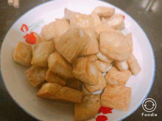 豌豆香菇豆腐,豆腐炸成金黄色捞起备用