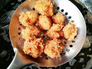 劲爆鸡米花,炸至表面金黄后沥油捞出。