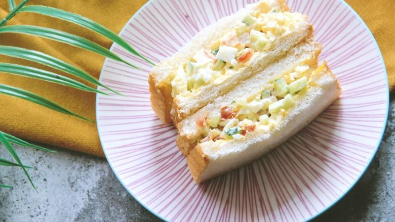 鸡蛋沙拉三明治,最后切开