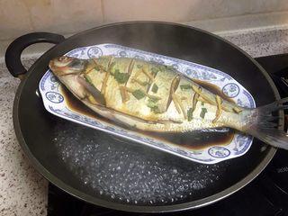 清蒸鳊鱼,水开,放入入味好的鳊鱼
