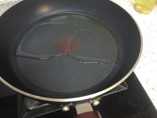 清蒸鳊鱼,另起油锅,倒入30克油烧开