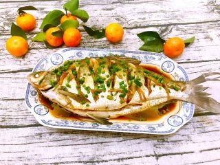 清蒸鳊鱼,出锅,撒上葱花