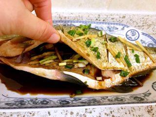 清蒸鳊鱼,倒入黄酒两勺,鱼身上倒蒸鱼豉油两勺,鱼肚子里放两勺