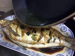 清蒸鳊鱼,将烧开的油浇在鱼身上,噼里啪啦,鱼香四溢😊