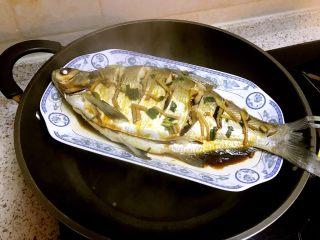 清蒸鳊鱼,再重新往鱼身上倒入两勺蒸鱼豉油