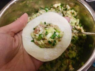 日式煎饺 香甜可口,取一张饺子皮,舀一勺肉馅在中间。