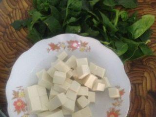 豆腐菠菜汤,切块备用