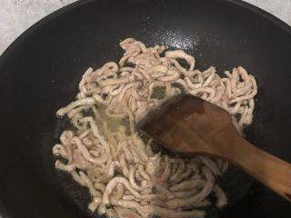 榨菜肉丝,猪肉切肉丝,用芡粉腌制,再用热油爆一遍