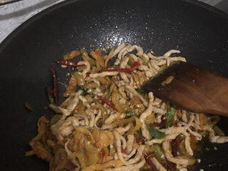 榨菜肉丝,倒入肉丝翻炒放盐,再倒入榨菜,翻炒起锅