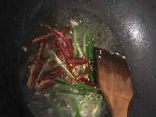 榨菜肉丝,锅内加少许油,加入青椒和干辣椒