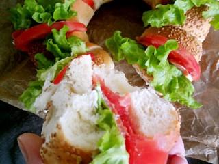 花环小汉堡,掰开一份,咬一口,是不是很有食欲呢。